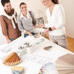 Женский дизайнер интерьера с двумя клиентами в офисе — Стоковое фото