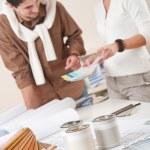 designer de interiores dois trabalhando no escritório com a amostra de cor — Foto Stock
