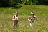 Dwa młoda kobieta jogging w łące — Zdjęcie stockowe