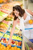 Kruidenier en supermarkt - lachende vrouw winkelen kiezen vruchten — Stockfoto