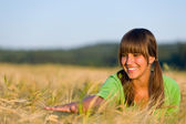 Šťastná žena západem slunce kukuřičném poli sluníčku — Stock fotografie