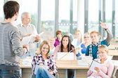 Groep van studenten in de klas — Stockfoto