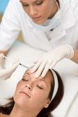 Injeção de botox - mulher em tratamento de medicina estética — Foto Stock