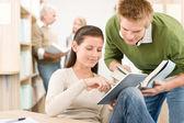 Toque a tela do computador tablet - alunos na biblioteca — Foto Stock