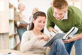 Touch screen tablet pc - studenten in der bibliothek — Stockfoto