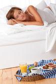 Giovane donna avendo casa colazione — Foto Stock