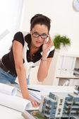 Mladý architekt s brýlemi na moderní kancelář — Stock fotografie