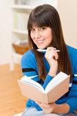 Tiener meisje home - gelukkig student met boek — Stockfoto