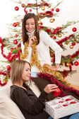 Due donne allegre con catene di natale e palline — Foto Stock