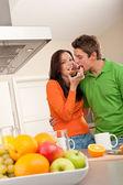 Jeune homme et une femme manger pain grillé — Photo