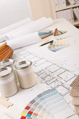 úřad interiérového designéra s malování a barvy vzorníku — Stock fotografie