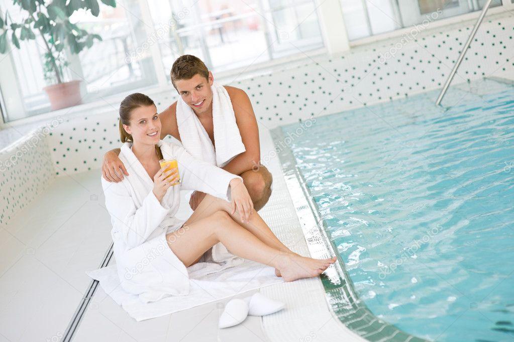 Junges Paar Im Schwimmbad