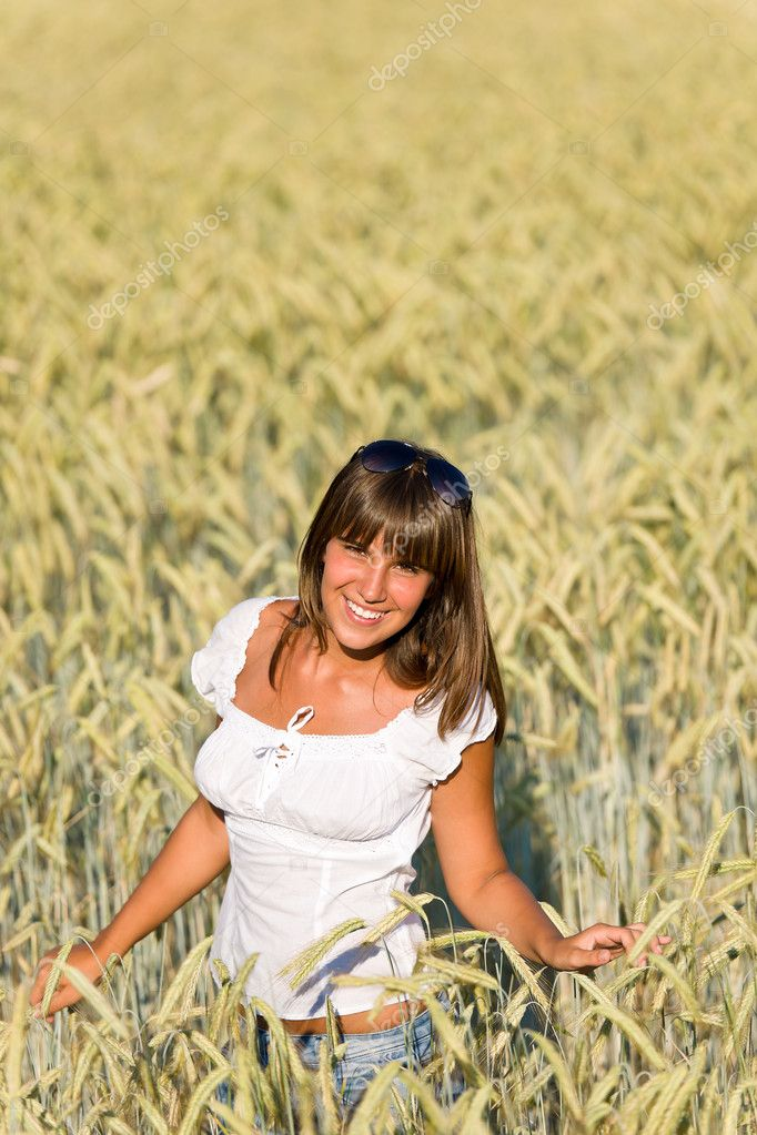 Happy young woman in corn field enjoy sunset — Stock Photo #4692144