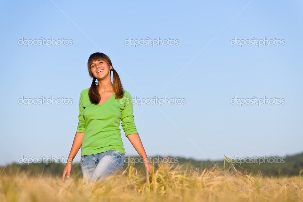 Young woman in sunset corn field enjoy sun — Stock Photo #4692160