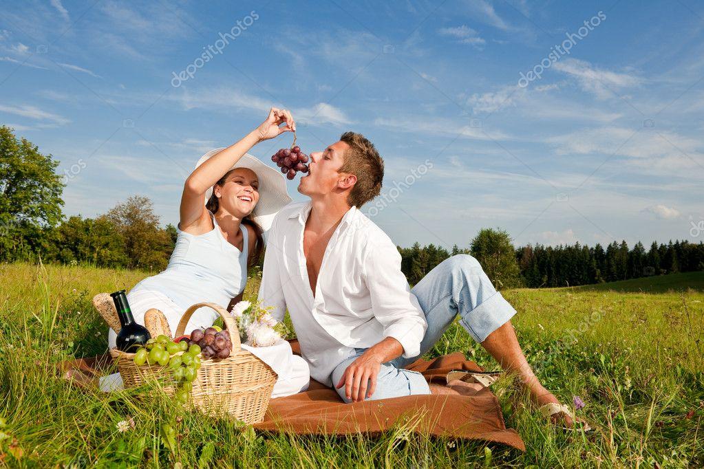 picknick romantisch zu zweit in der fr hling natur. Black Bedroom Furniture Sets. Home Design Ideas