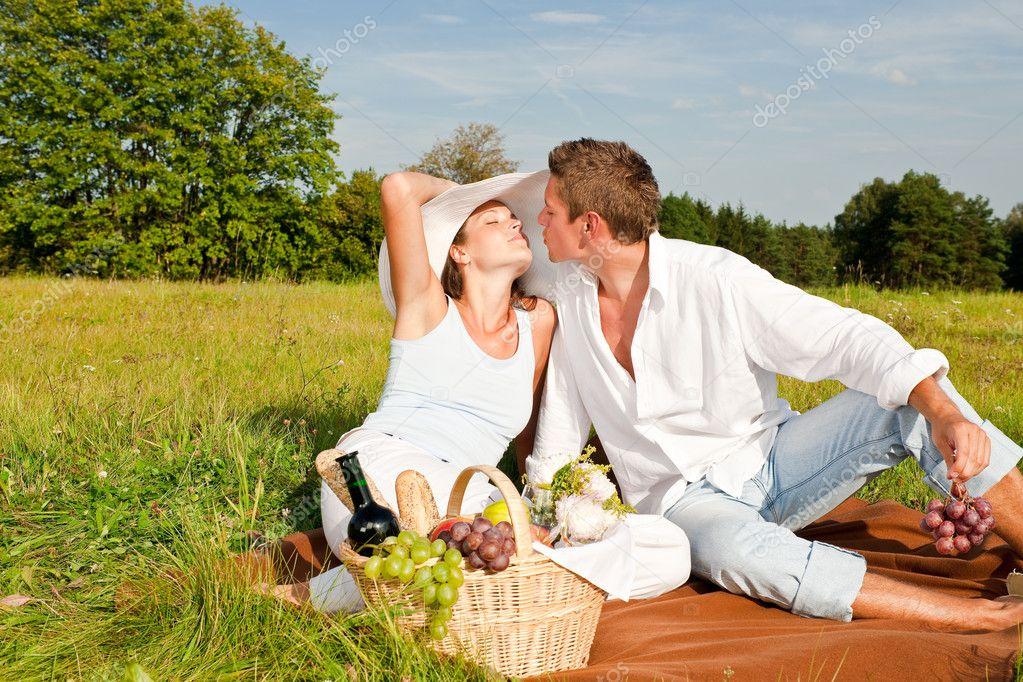 Pique nique couple romantique dans la nature printemps photographie candyboximages 4693676 - Pique nic romantique ...