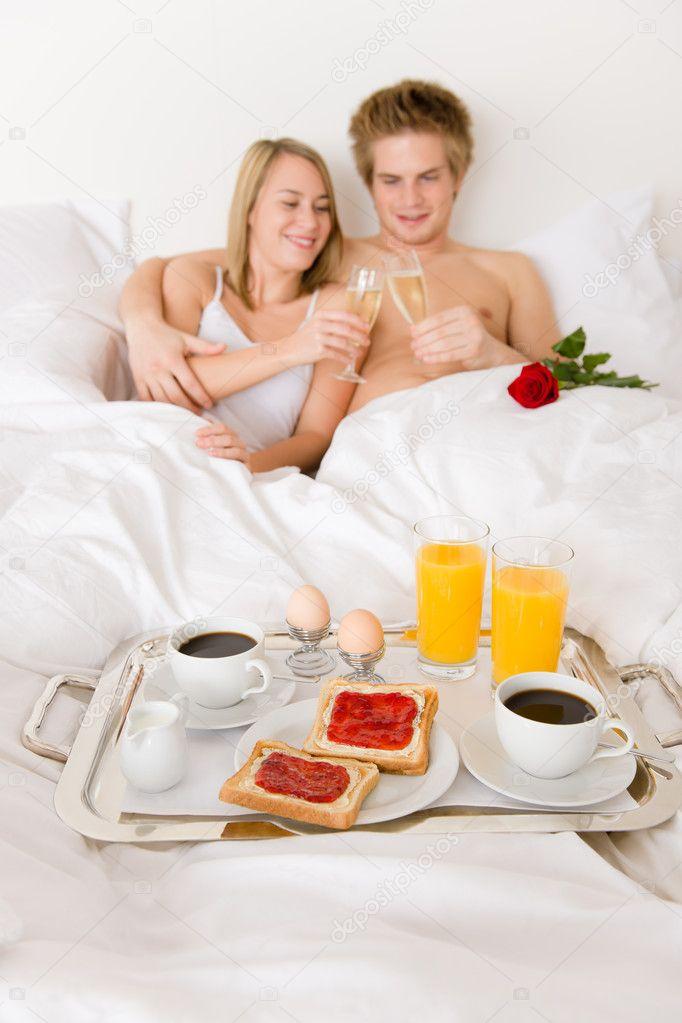le petit d jeuner de luxe h tel lune de miel couple au lit photographie candyboximages. Black Bedroom Furniture Sets. Home Design Ideas