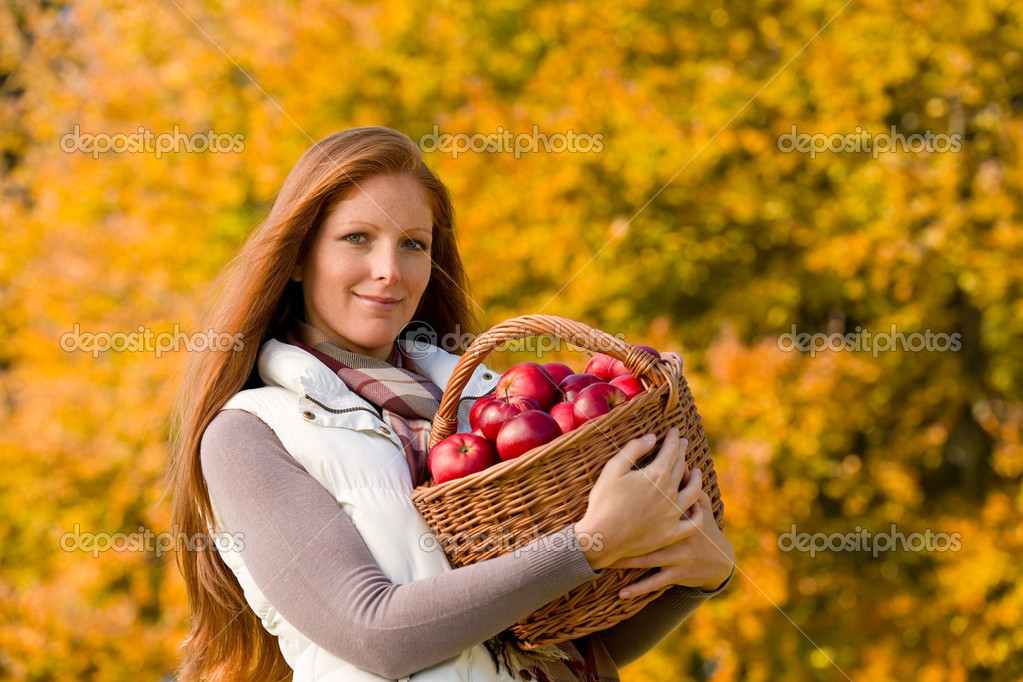 Autumn country - woman with wicker basket harvesting apple — Stock Photo #4694009