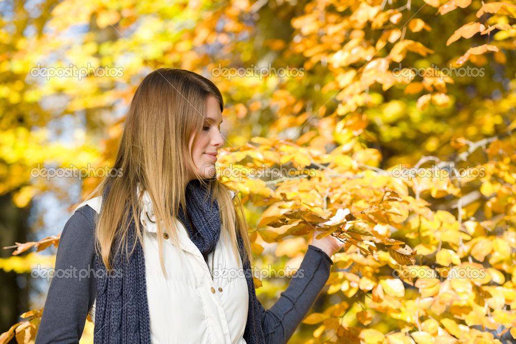 Autumn park - fashion model woman on sunny day — Stock Photo #4694388