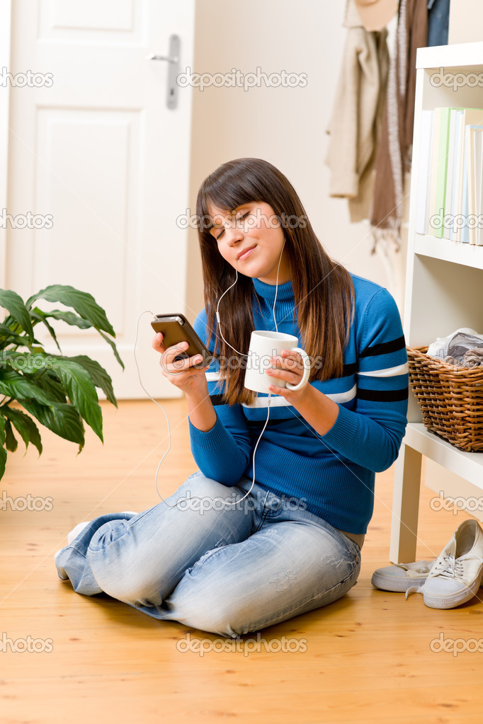 Teenager girl relax home - listen to music and drink tea — Stock Photo #4695341