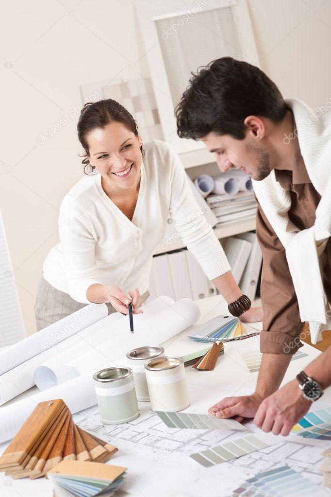 Dise ador de interiores dos trabajando en la oficina con - Disenador de interiores famoso ...