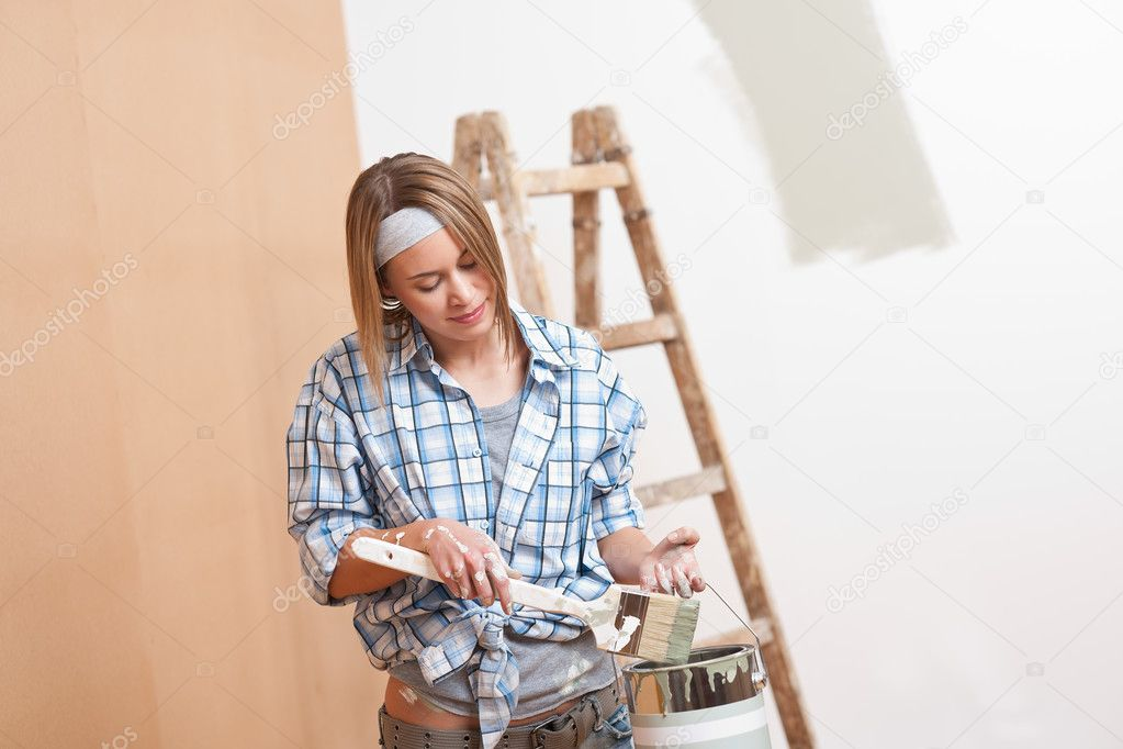 Home improvement: Smiling woman with paint and brush — Stock Photo #4698784