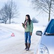 Foto Stock: Winter car breakdown - woman call for help