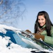 Winter car - woman remove snow from windshield — 图库照片