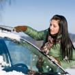 Winter Auto - Frau Schnee aus Windschutzscheibe entfernen — Stockfoto