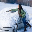 Winter car - woman remove snow from windshield — ストック写真