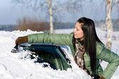 Auto invernali - donna rimuovere la neve dal parabrezza — Foto Stock