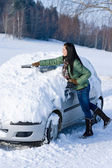 Winter car - woman remove snow from windshield — Foto Stock