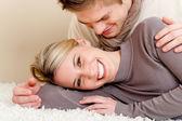 Para zakochanych - szczęśliwy relaks w domu — Zdjęcie stockowe