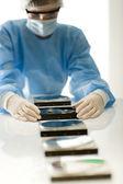 Ordinateur femme ingénieur réparation disque dur défaut, stérile — Photo