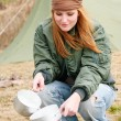 Camping woman tent washing dishes nature — Stock fotografie