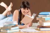 Estudio en el hogar - adolescente mujer lee libro — Foto de Stock
