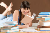 Estudo em casa - adolescente mulher leu o livro — Foto Stock