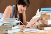 Estudo em casa - adolescente mulher escrever notas — Foto Stock