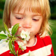Child with white flowers — Stock Photo