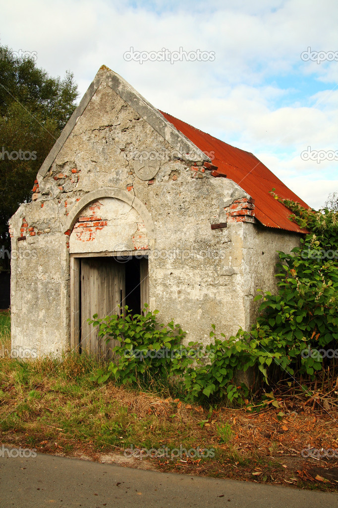 Farm building or barn. old abandoned building in the countryside — Stock Photo #4500362