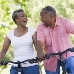 对骑自行车的高级夫妇 — 图库照片