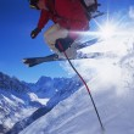 Young man skiing — Stock Photo