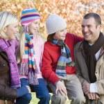 rodzina na spacerze jesień — Zdjęcie stockowe