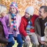 familjen på hösten promenad — Stockfoto