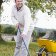Man raking autumn leaves — Foto Stock