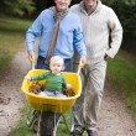farfar och far med barnbarn på promenad — Stockfoto