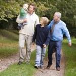 abuelo caminando con hijo y nietos — Foto de Stock