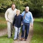 farfar promenader med son och sonson — Stockfoto