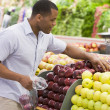 Man shopping in produce section — Stock Photo