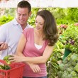 Couple shopping in produce section — Stock Photo